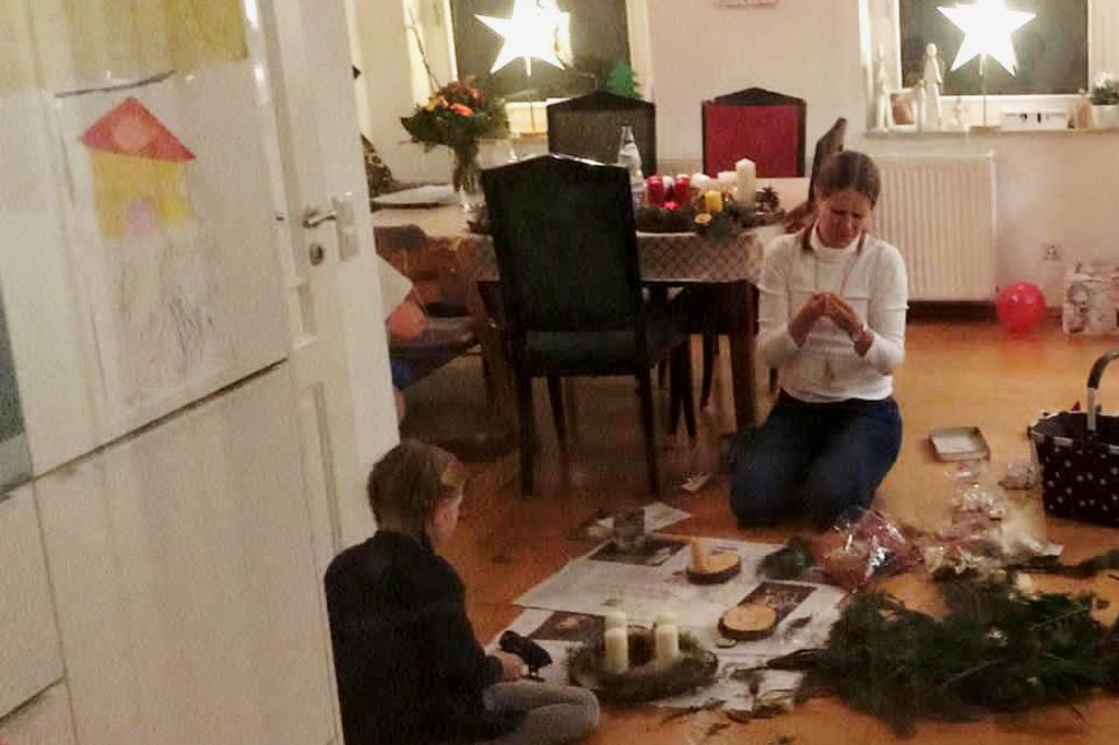 Zwei Abende, 40 Adventsgestecke und fast 400 Euro Spenden für Kinder in Not: Wir sagen #danke, liebe Rebecca und Emilia Möller, für eure tolle #Bastelaktion! Die ganze Geschichte - und was unser Botschafter @ReinhardHorn damit zu tun hat - gibt's hier: https://t.co/ZGken7k0pE https://t.co/jCQrqllwoI