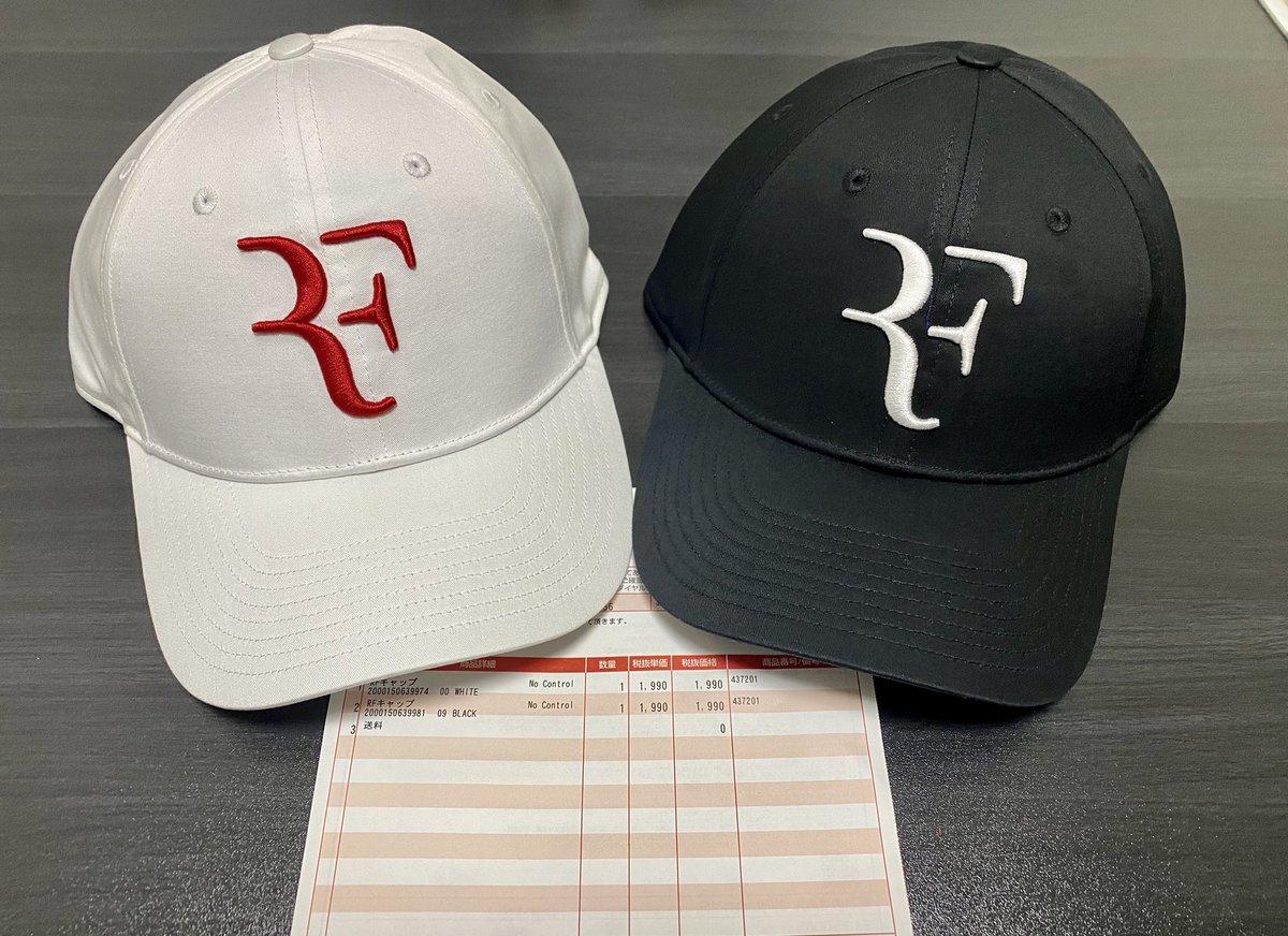 やっと届いた〜✨ やっぱりこの向きからの見た目は最高✨ 裏にあるメーカーのロゴはマジで要らん…(小声) これで試合に出ても恥ずかしくない様にまた練習しないとね💦  #ロジャーフェデラー #RFcapisback #RogerFederer #RF #GoRoger #RFlogo
