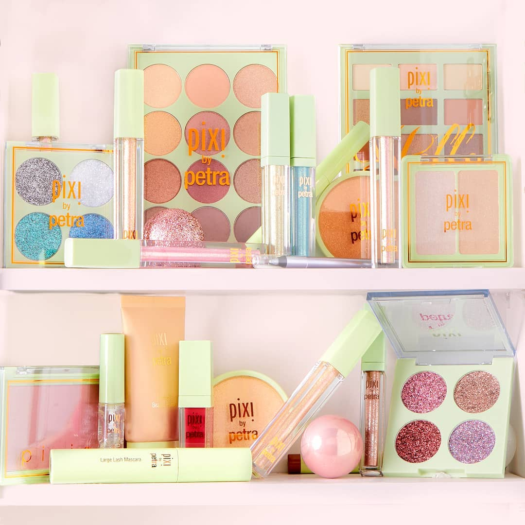 It's that time of year, lovelies! We're in the gifting mood & want to give away a full #shelfie of Pixi favourites to ONE lucky winner! 🌟  To Enter:  1)  Follow us: @PIXIBeauty  2) Like this post  3) Tag who your spending the holidays with in the comments below 🌟
