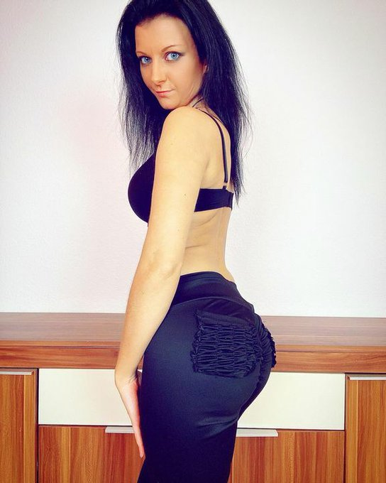 😎✌️ #lailabanx #cute #leggings #blueeyedgirl #blueeyes #blackhair #blacknails #blackleggings #scorpiogirl