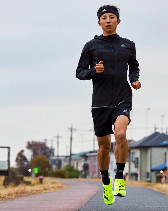 """爆速。5本指カーボン。 """"今のところ、止まる感じはしない""""   adidas Runners Tokyo のコーチ秋葉直人は、もっと速く、を決してあきらめない。 adizero adios Proと共にこれからもパーソナルベストに挑戦し続ける。 #adizeroadiospro"""