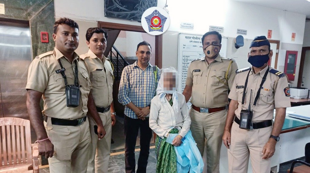 Ensuring A 'Safe' Arrival  A 73 y/o lady dealing with Alzheimer's went missing soon after she landed at T2 Int'l Airport.  Police personnel from Sahar PS took swift action. The team located the lady near Sakinaka Jn, who was later reunited with her family.  #MumbaiCaseFiles