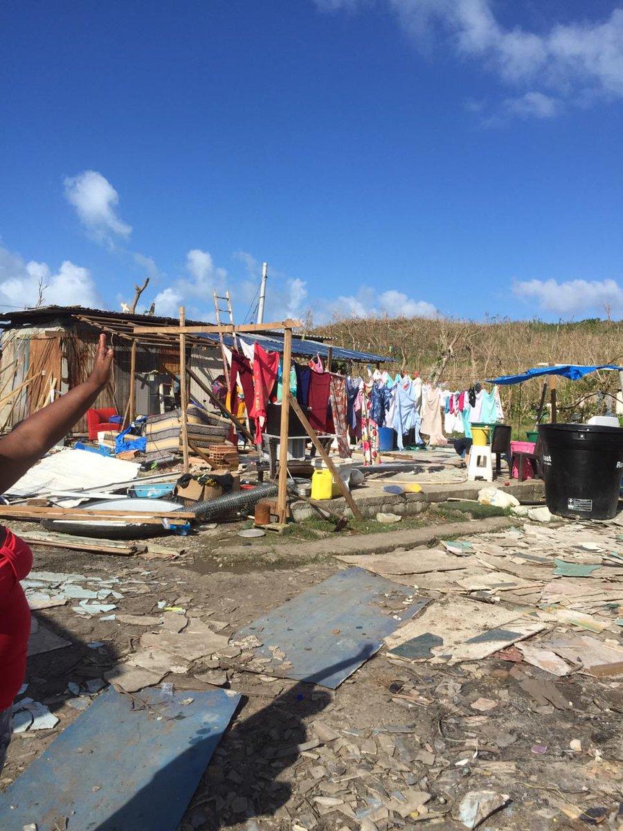"""Atención a lo que está pasando en #Providencia:  """"Las ayudas no están llegando, están represadas y la gente está desesperada por agua, deshidratados. Con los labios secos y la piel quemada. Una señora incluso me confesó que ha tomado agua sucia. (Sigue)"""