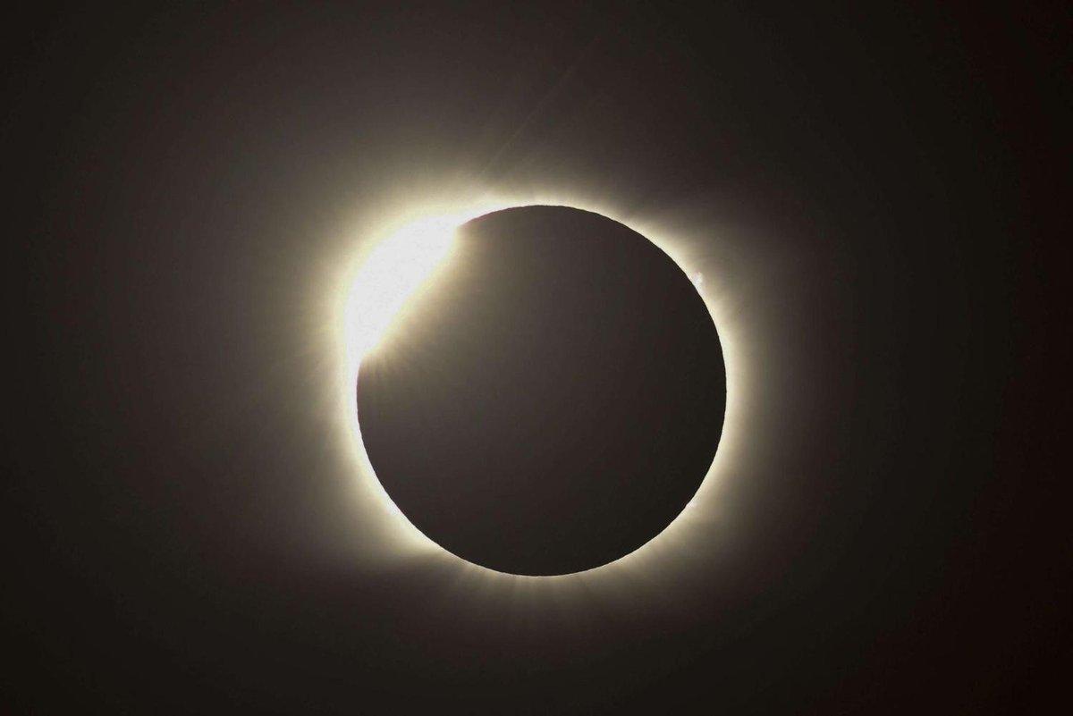 Khoảnh khắc ngoạn mục về nhật thực toàn phần duy nhất năm 2020