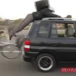 自転車配達員への交通安全講習、スタントマンの実演に驚く参加者・・・