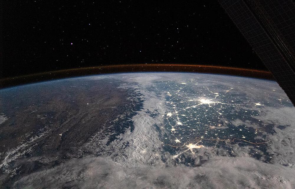 """Die wenig besiedelte, sternenklare Hochebene Tibets und das dicht besiedelte Nordindien mit Pakistan. Merke: #Licht nur dort und dorthin, wo es gebraucht wird. Himmelwärts verhindert es die Sicht auf #Sterne⭐️und gefährdet nachaktive Lebewesen💡Foto: <a class=\""""link-mention\"""" href=\""""http://twitter.com/NASA\"""" target=\""""_blank\"""">@NASA</a> #lightpollution #iss <a href=\""""https://t.co/Qfr0i5ulDv\"""" class=\""""link-tweet\"""" target=\""""_blank\"""">https://t.co/Qfr0i5ulDv</a>"""