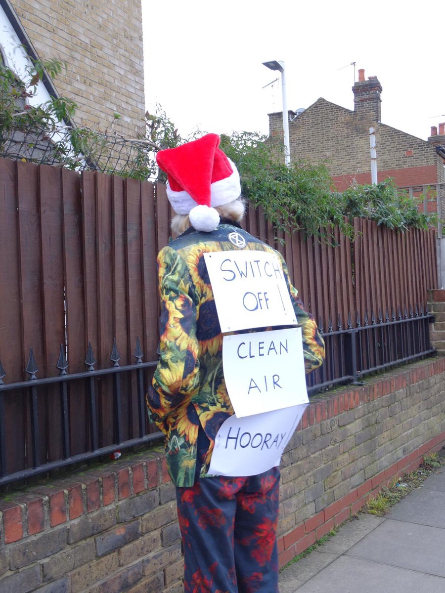 Inspired by the theatrical experiments of Mayor Mockus of Bogotá, costumed members of XR Richmond remind drivers waiting at the Sandycombe Road level crossing to switch off their engines, reducing air pollution and CO2 emissions.  #No2Idling #AirPollution  #NoIdling
