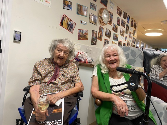We have all thoroughly enjoyed our performance of a Christmas Carol courtesy of the Old Vic Theatre. Our residents all had a programme in one hand and a glass of Bubbly in the other! @oldvictheatre @Mayflower_Court #bubbles #theatre #theatreexperience