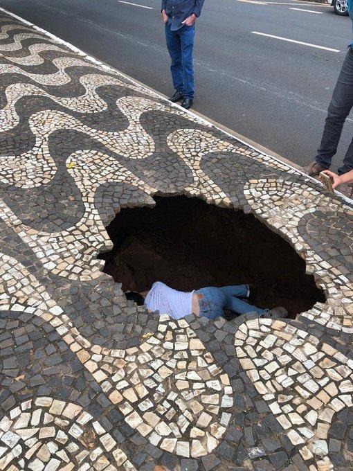 E a menina que estava esperando pra atravessa e é CHAO ABRIU!?  Não é fácil pra Ngm https://t.co/8U7ik0rQ9e