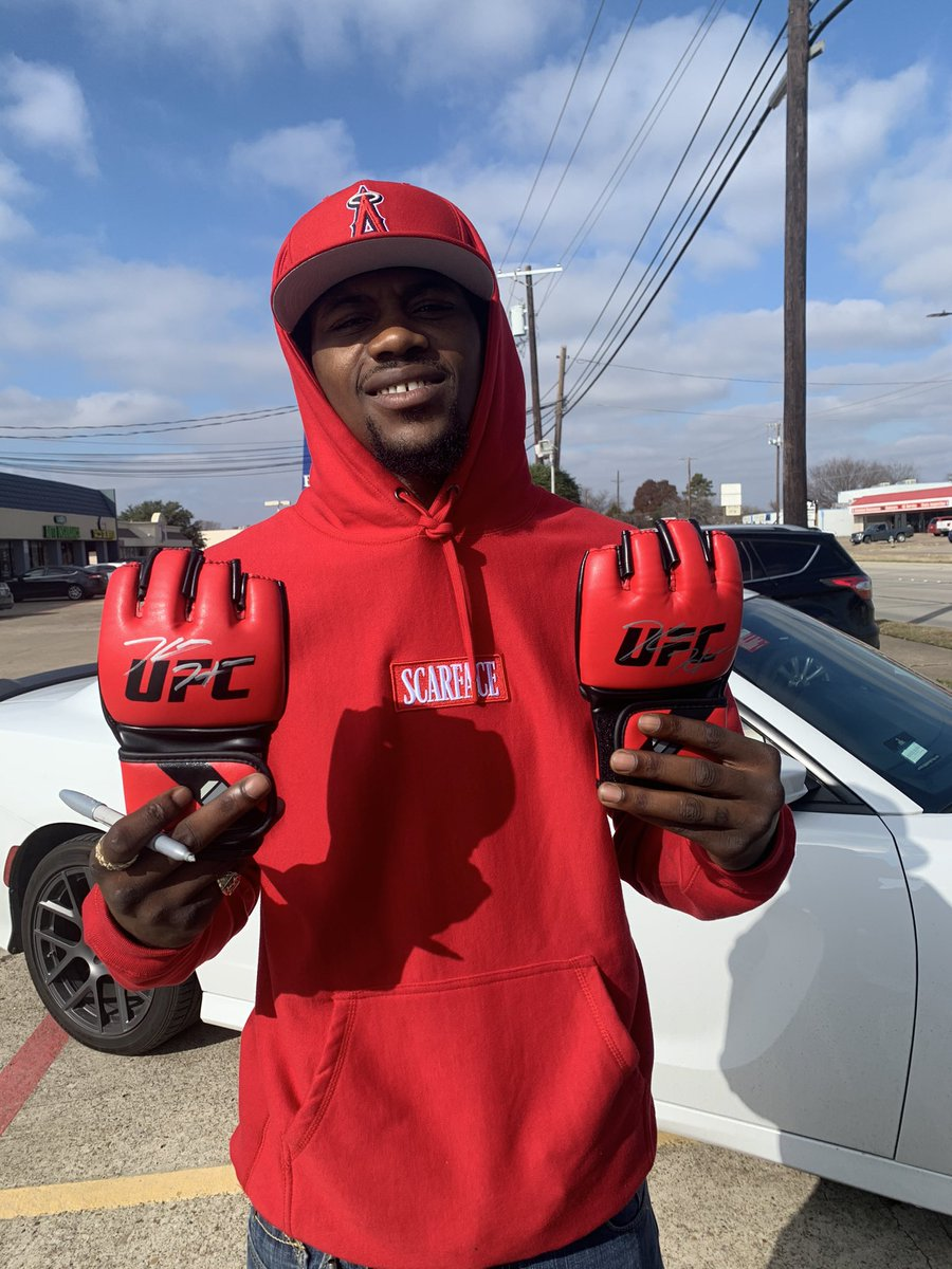 It's an all red kinda day.  Autographed #UFC gloves. Who wants em?!  Must follow- @BoomCityBreaks https://t.co/VcaLmcHFDX