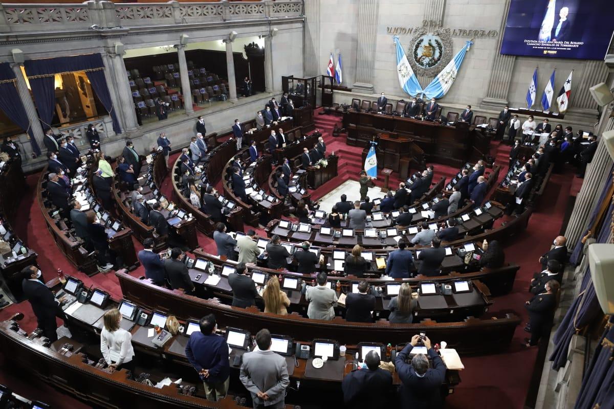 Sesión extraordinaria en el Congreso lleva 6 horas desde que inició. Secretaria lee la sentencia de la @CC_Guatemala e informe del @MPguatemala sobre el proceso para elegir magistrados de Cortes de Justicia. Posteriormente podrían iniciar la votación.  Vía: @JosevVega