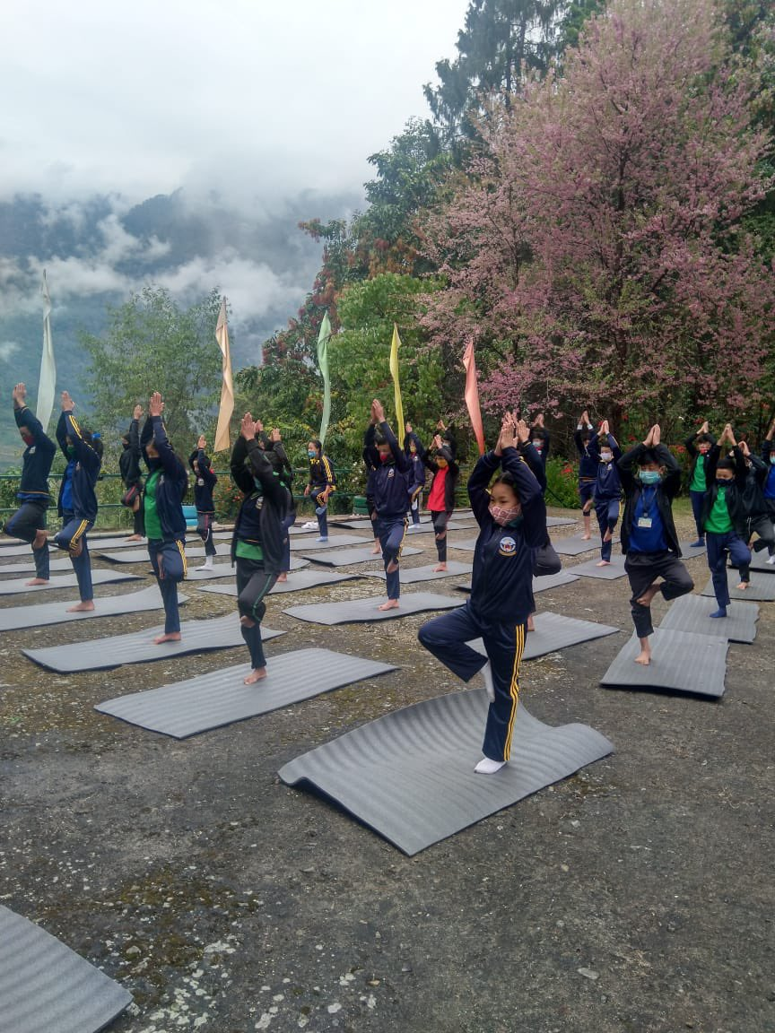 Students of Pensong , North Sikkim actively yoga session during the #FitIndiaSchoolWeek!   Participate in the country's biggest School event by registering here   #NewIndiaFitIndia #FitIndiaMovement