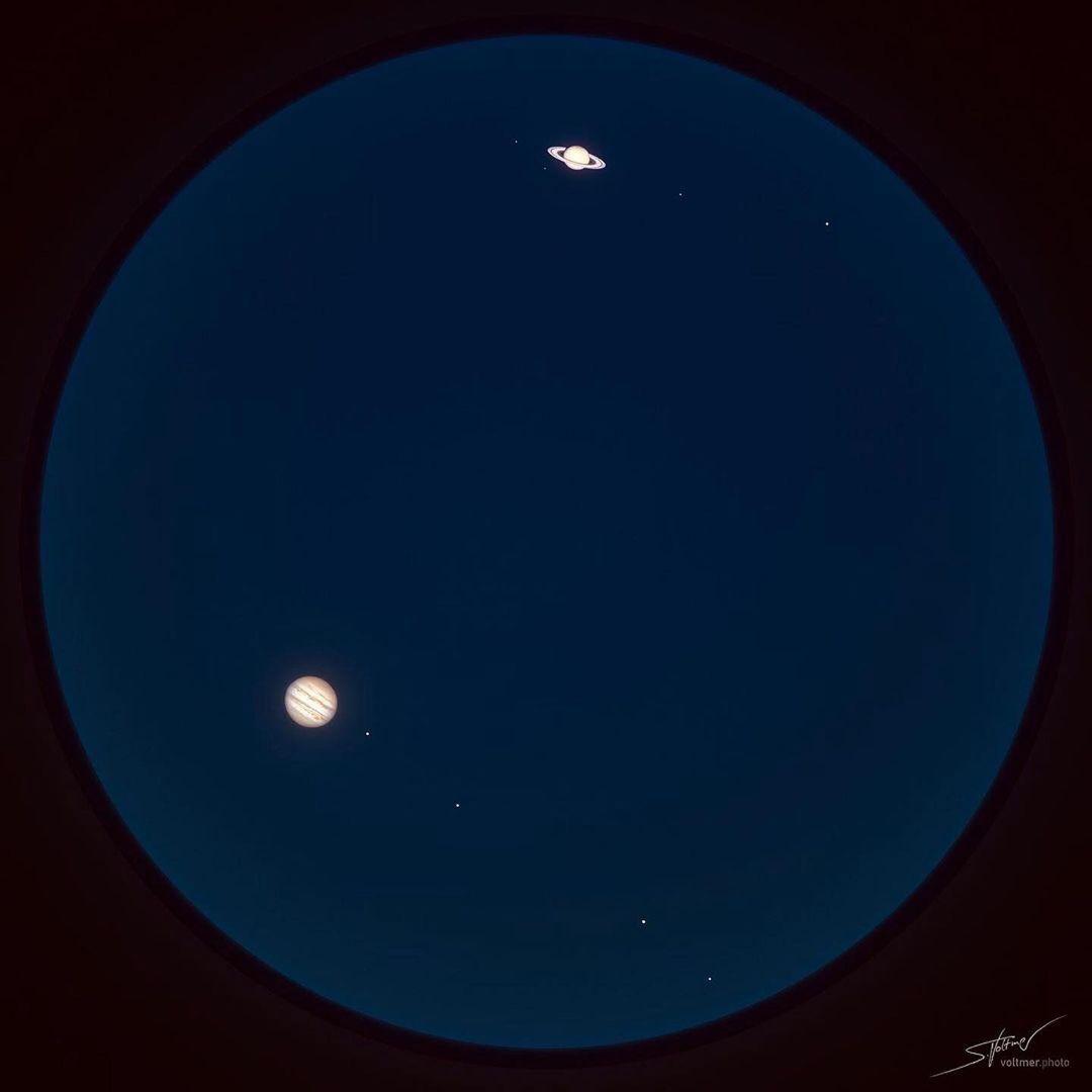 Júpiter e Saturno realizarão sua Grande Conjunção no dia 21 de dezembro. Se desejar, comece a assistir alguns dias antes. Os planetas já estão cada dia mais visíveis e mais brilhantes, logo após o pôr do sol. Façam seus registros e nos marquem para compartilhar📷Sebastian Voltmer
