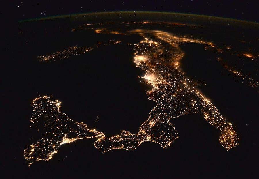 Replying to @Astronomiaum: As luzes das cidades iluminam o território italiano nesta vista impressionante no espaço.