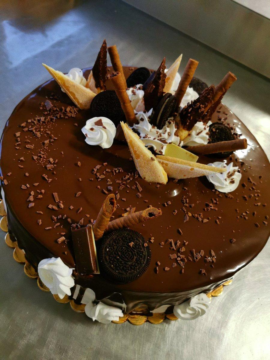 앨범이 종인이의 꿀 같은 목소리로 꽉 채웠으니까 들을때마다 꿈 같더라🍯 선물 해줘서 고마워 😌 종인이 좋아하는 초콜릿 케이크 🥺 내가 만들었어!!  #종이니에게 #카이버블