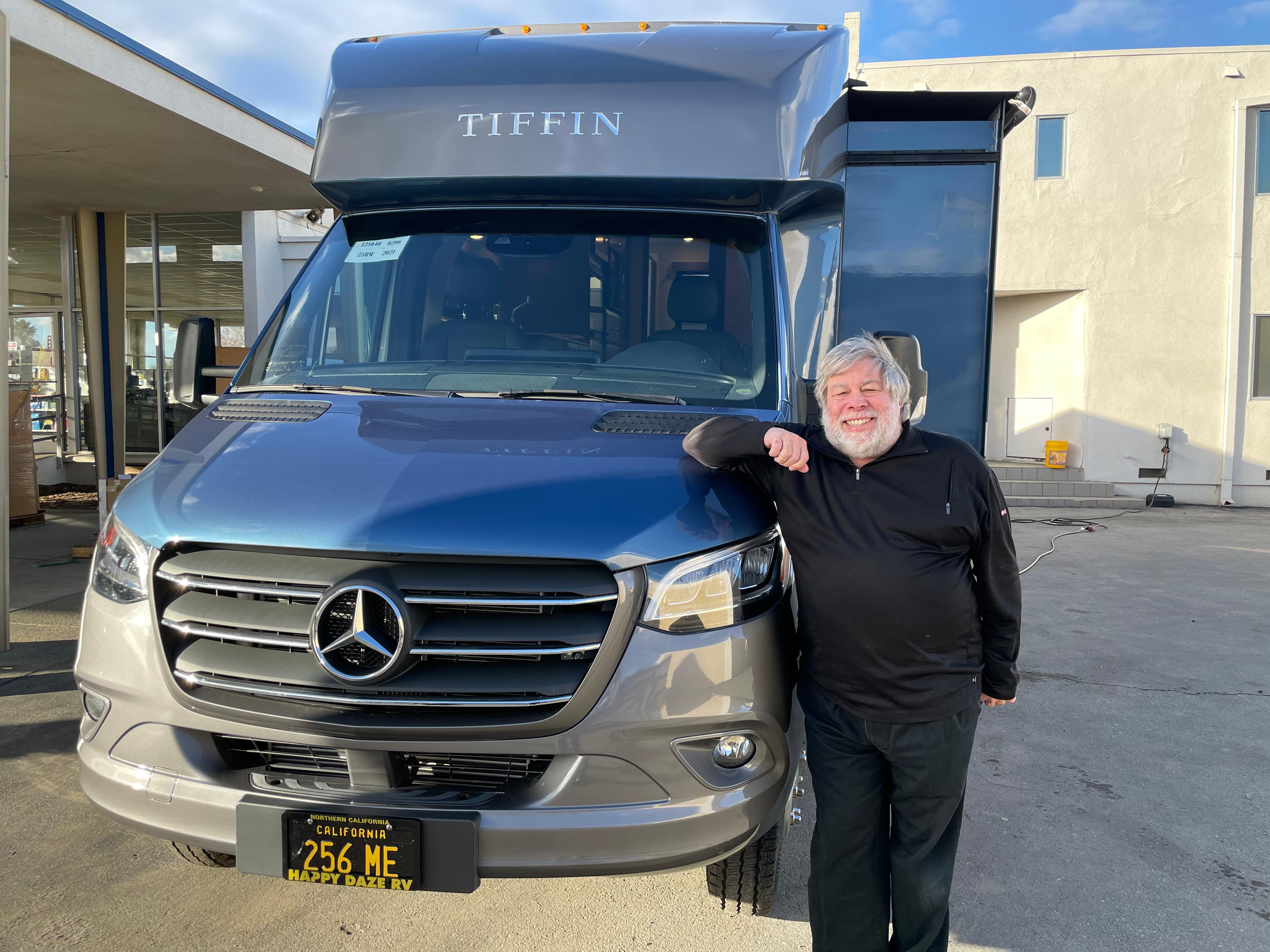 Steve Woznaik am 18.12.2021 vor seinem neuen Van. Quelle:Twitter