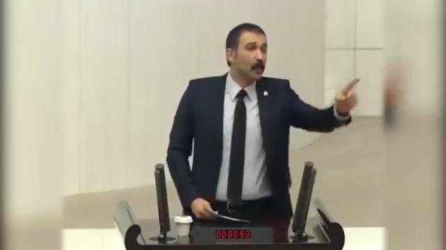 """Barış Atay mecliste yine tarihe geçecek bir konuşma yaptı. Ağzına sağlık ağabey @barisatay  """"Yürü bre Hızır Paşa, senin de çarkın kırılır! Güvendiğiniz padişahınız, o da bir gün devrilir!"""