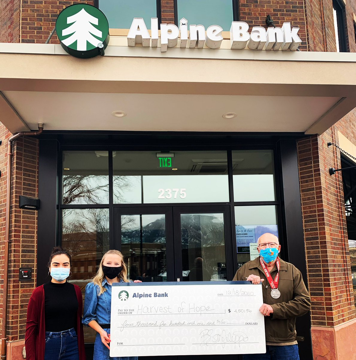 @AlpineBankColo employees Brooke & Briana present a check of $4,501.56 to @harvest_hope founder Mike Freece with 💵 raised from our #AlpineBank #Boulder #Thanksgiving Day race.  Mike was also named our 2020 Boulder Volunteer of Appreciation and was featured on our race medal.