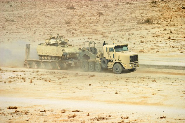 In 1990, the @USArmy contracted Oshkosh the Heavy Equipment Transport (HET) capable of hauling the 70-ton M1A1 main battle tank. This new generation HET was a game-changer for transport during the Gulf War. #FlashbackFriday https://t.co/GYt1w0mEOZ