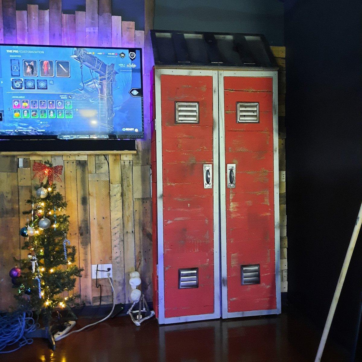 Replying to @BeardNoEvil: @DeadByBHVR How about this full size, functional locker i built? Hmmmmm.....