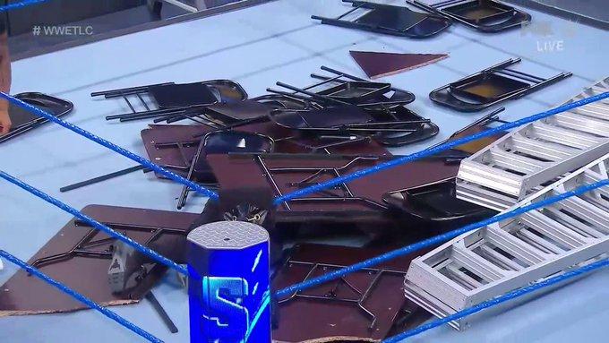 SmackDown: Kevin Owens debajo de esas mesas.