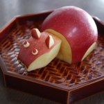 りんごを慎重に切って組み立てた結果?可愛い赤べこが完成!