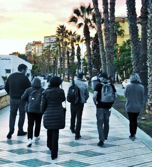 """El equipo de """"Escena en Blanco&Negro"""" volviendo de una sesión de trabajo...pensativos, saboreando el paseo marítimo de Málaga y pensando en el siguiente reto.  ____ #EscenaEnBN #team #Málaga"""