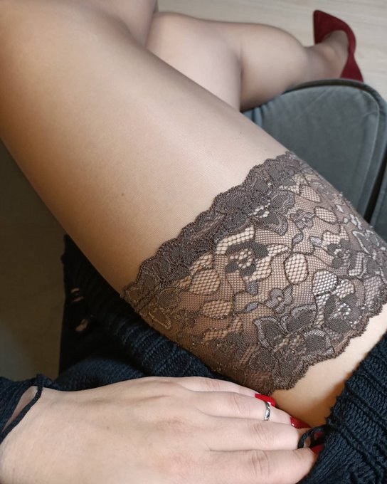 I always pay attention to details. And a beautiful lacy band gets my vote #nylon #stocking https://t