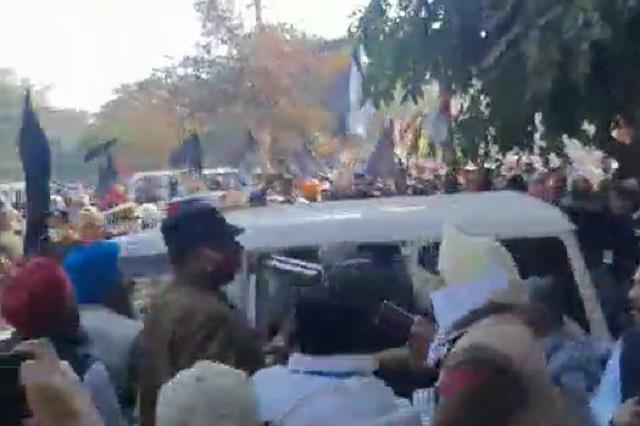 SYL मुद्दे को लेकर भाजपा का उपवास, कार्यकर्ता और किसान हुए आमने-सामने, तोड़े बैरिकेड   #HaryanaHindiNews #HaryanaNews #FatehabadNews #FarmerProtest #SYL #HaryanaBJP #BJPWorker #एसवाईएलकामुद्दा #अनशन #किसान #ब