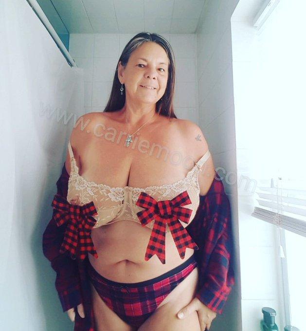 Carrie xmas  #plaidthongandbows https://t.co/FyQUIJrMOa