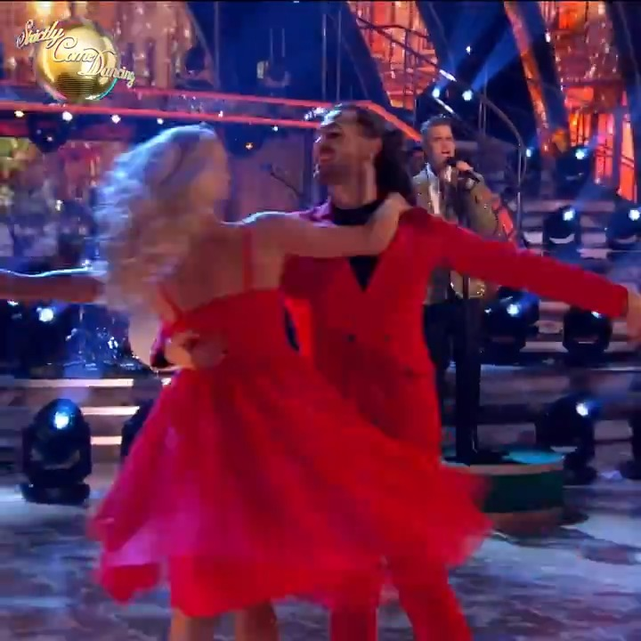 Who doesn't love a bit of Christmas cheer, especially when it comes from the one and only @robbiewilliams? 🎄 #StrictlyFinal
