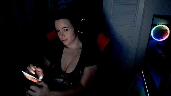 1 pic. nonchalantly working on my MyFreeCams profile... like nothing's happening :mshifty https://t.