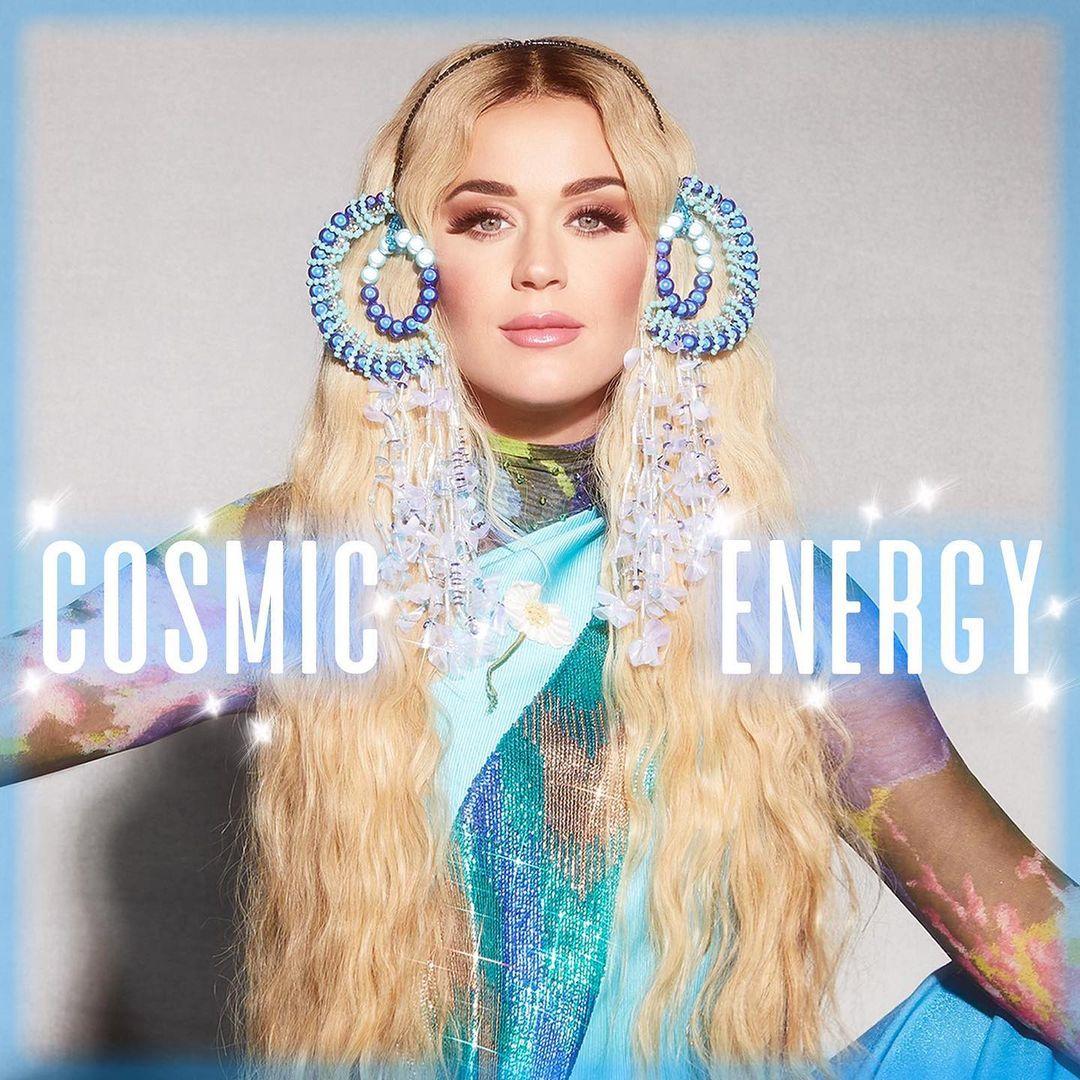كاتي بيري تفاجئ جمهورها بإطلاق برنامج جديد Cosmic Energy بعد 4 أشهر من إنجابها لطفلتها ديزي.  نشرت النجمة الأمريكية صورة  الخبر عبر انستغرام، حيث ظهرت وهي تضع باروكة شقراء وأقراطا لامعة، كما ارتدت بدلة زرقاء.  #فوشيا #كاتي_بيري #Katyperry