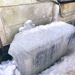 ちょっとまって。エアコンつけているのに何で寒いんだろうと思ったら、室外機が氷漬けになってる。