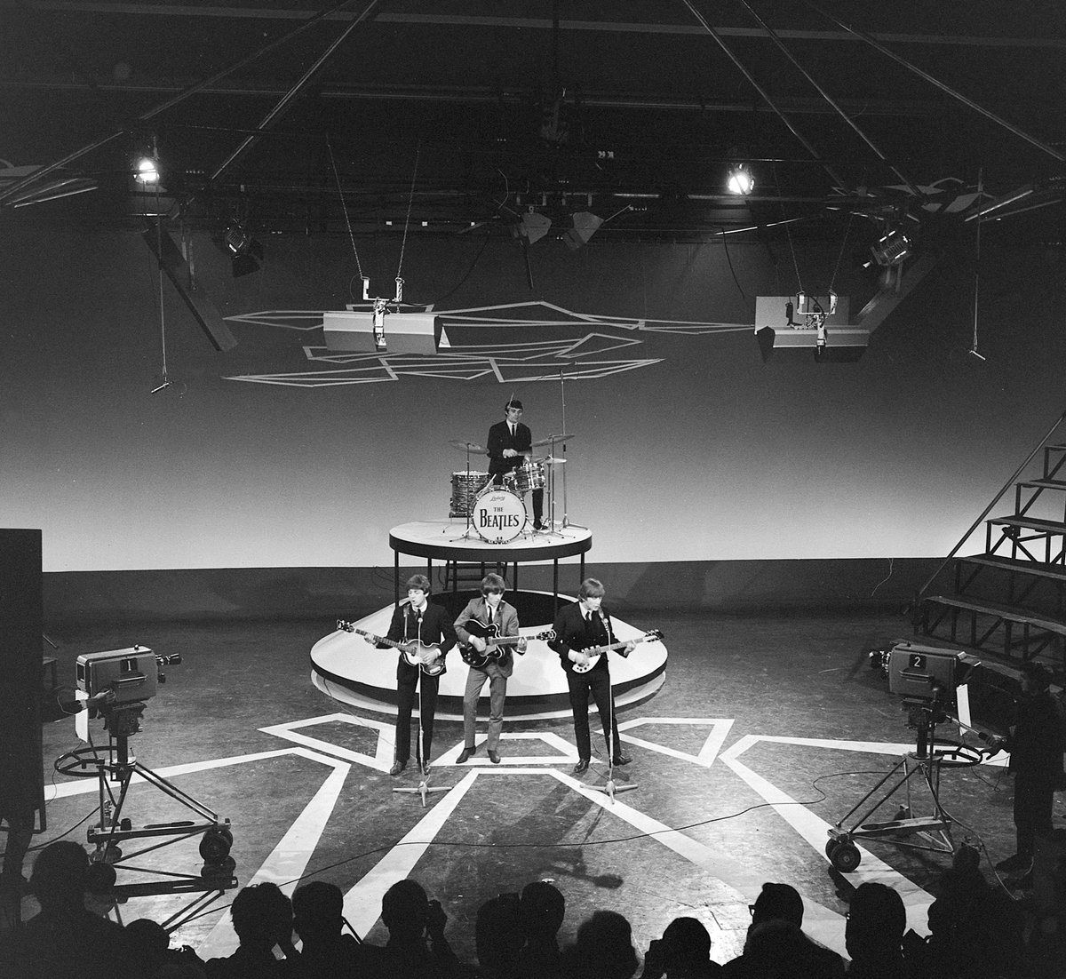 """Als je naar de #Top2000 kijkt zijn Nederlanders het over 1 ding eens: #TheBeatles behoren tot de absolute muziektop.   Dat was begin jaren 60 wel anders. Hoe media en publiek toen reageerden op de """"keverkolder"""" lees je in de nieuwste #TILT!  https://t.co/QHCxawGH6k https://t.co/x4YOzJmE5h"""