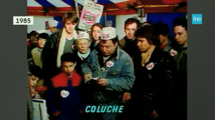 """Le 21 décembre 1985, il y a tout juste 35 ans, les premiers @restosducoeur ouvraient leurs portes dans 18 villes de France. Le fruit d'une """"idée lancée comme ça"""" par Coluche à la radio puis développée par des étudiants et des bénévoles partout en France."""