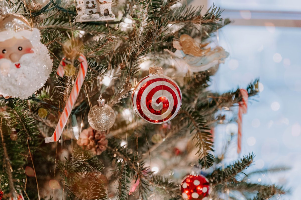 Even though Christmas is just a few days away, there's still time to decorate your tree if you haven't: