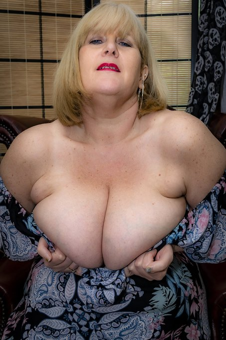 Is it too late for a #titsouttuesday pic? Looking forward to some naughty online fun tonight. https://t