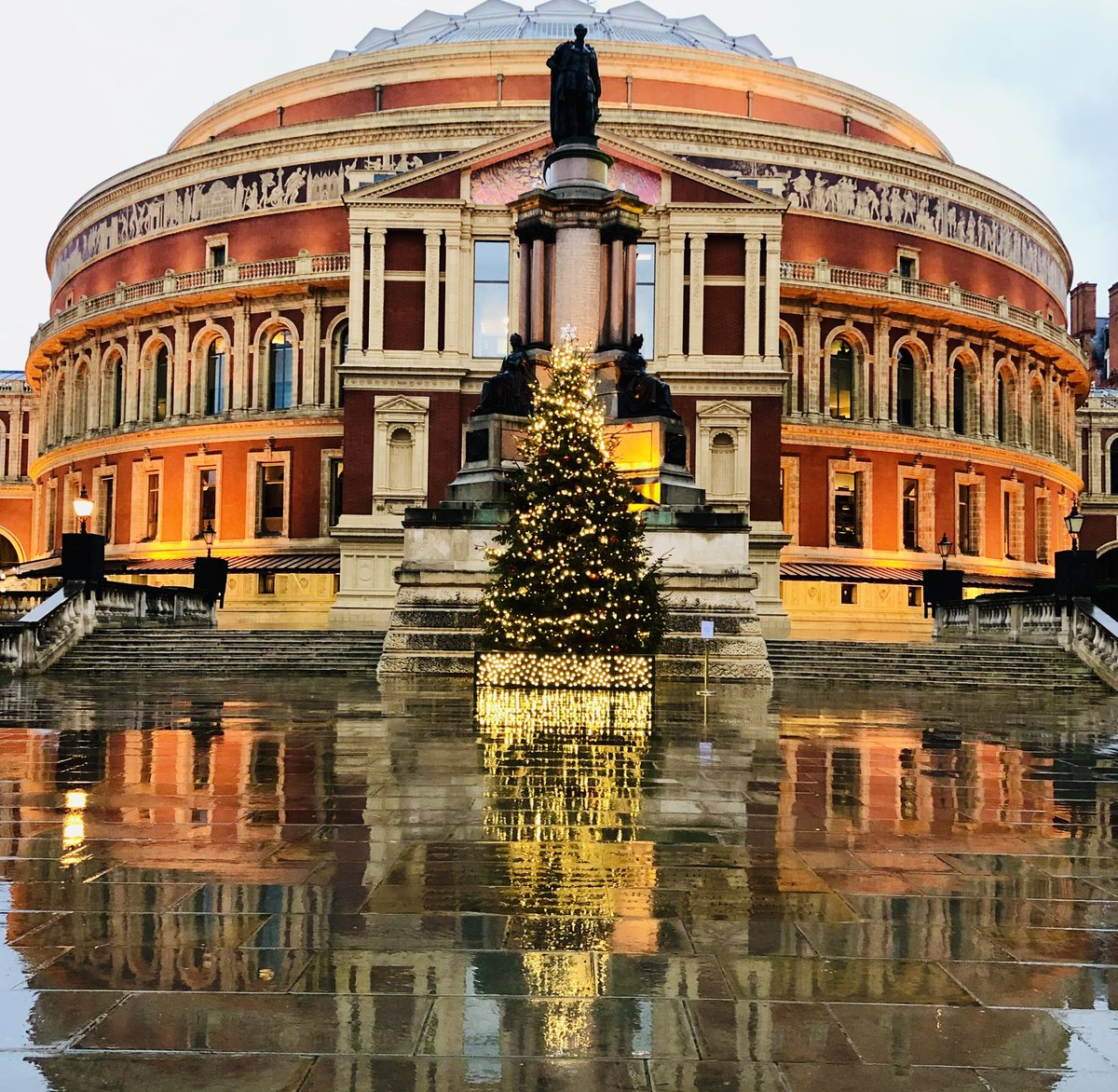 Glowing golden 🤩 She might be asleep for now but @RoyalAlbertHall still got it!