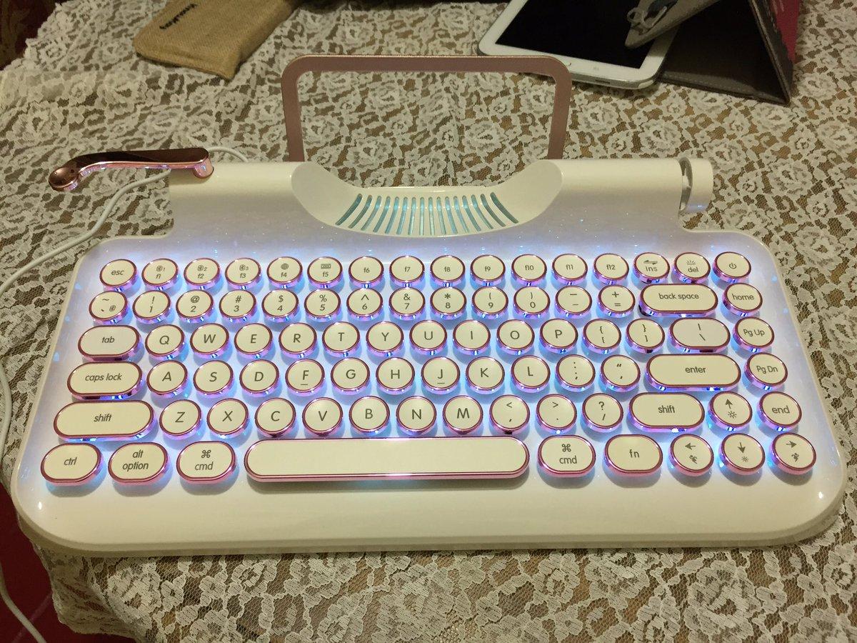 Voy a dejar esto acà como recordatorio de mi primer tuit con el recién llegado y tan esperado regalo de cumpleaños: el teclado #Rymek #KnewKey  La configuración de las funciones secundarias es terrible, pero las vamos aprendiendo <3  #ThankYouBrother