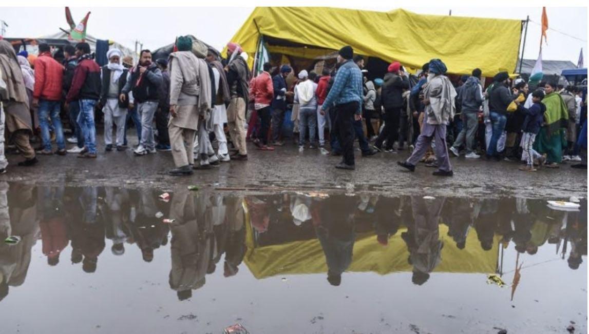 सर्दी की भीषण बारिश में टेंट की टपकती छत के नीचे जो बैठे हैं सिकुड़-ठिठुर कर वो निडर किसान अपने ही हैं, ग़ैर नहीं सरकार की क्रूरता के दृश्यों में अब कुछ और देखने को शेष नहीं #KisanNahiToDeshNahi