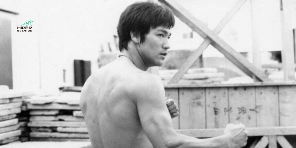"""""""La simplicidad es la clave de la brillantez"""".  – Bruce Lee #FrasesHE https://t.co/jFwH12O3zH"""