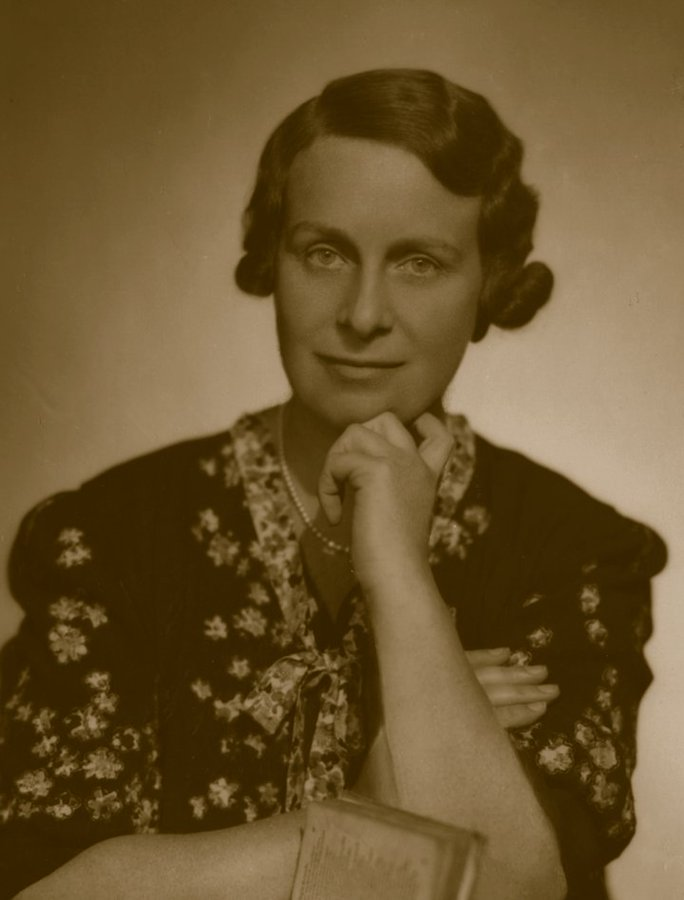 Celebrating the life of Electrical Engineer Dame Caroline Haslett who died #OnThisDay 1957. 🤩 The first secretary of Women's Engineering Society @WES1919 and cofounder of Electrical Association for Women.  +    #12DaysStemettes #WomenInSTEM