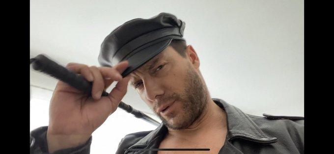 1 pic. Do you like leather? And fingers in the butt?!! Te gusta el cuero? Y dedos en el culo?!? https://t