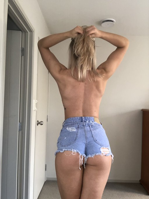 1 pic. Daisy dukes sort of day 🌞 https://t.co/PPwqdyMkzG