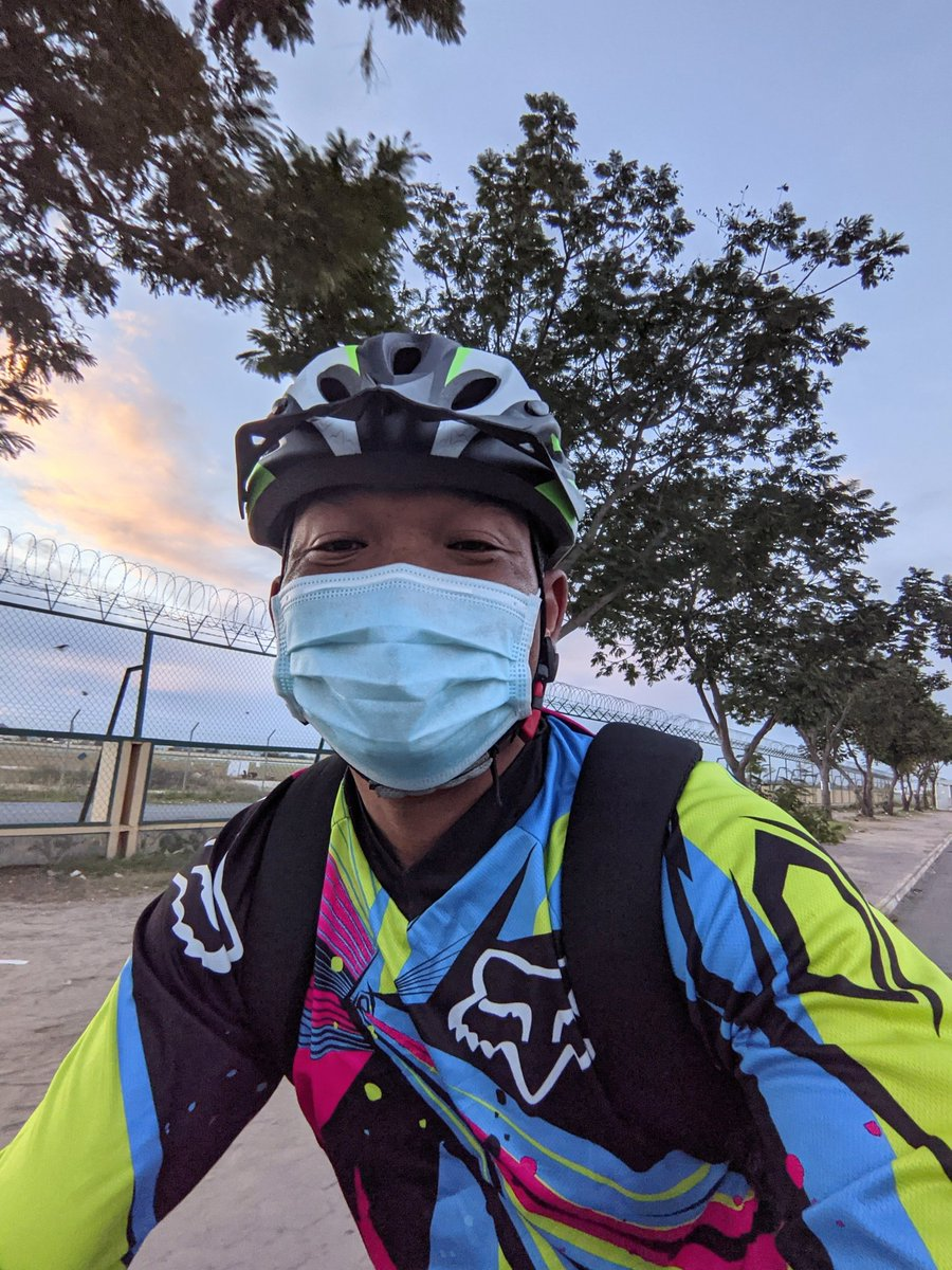 It's a good weather to bike for work today 🚴💼☁️.  #phnompenh #Cambodia #cycling #letsbike https://t.co/cNXZ8WWw1Y
