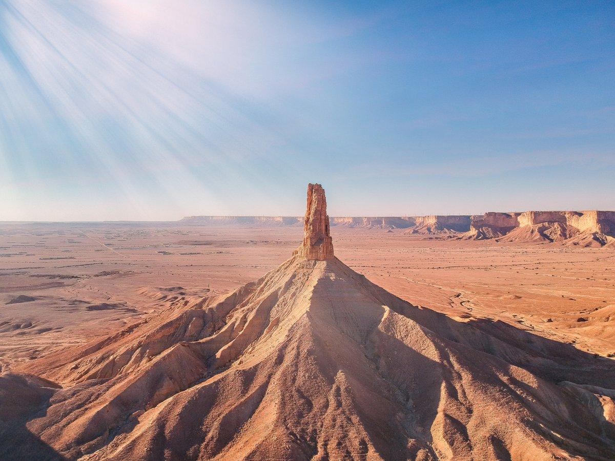 جبل طويق ، هو أحد أهم المعالم الجغرافية في منطقة نجد في المملكة العربية #السعودية  وهو عبارة عن هضبة ضيقة من الصخر الجيري، ويمتد لما يقارب 800 كلم من حدود القصيم الجنوبية شمالاً #الاعلام_السياحي