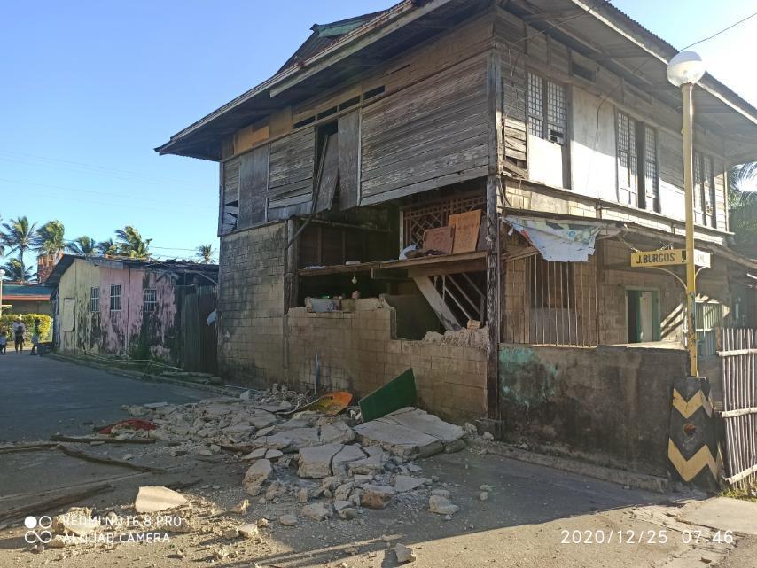 Gempa 6,3 SR menguncang Filipina pada pukul 7:43 waktu setempat atau 6:43 WIB, mengakibatkan kehancuran dinding sebuah rumah warga di hari Natal, Jumat (25/12/2020)
