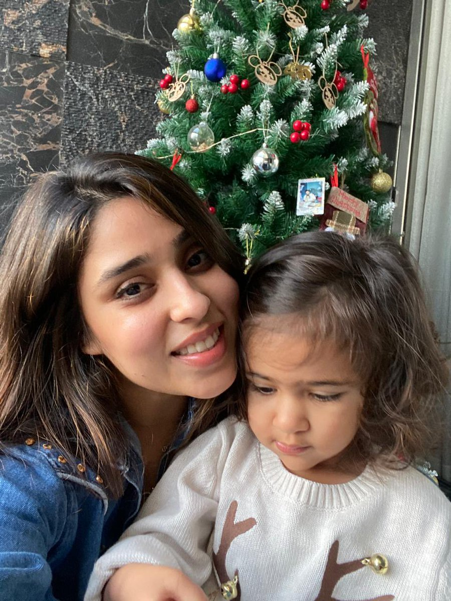 Merry Christmas to all and happy holidays! Miss you my girls @ritssajdeh  🎄