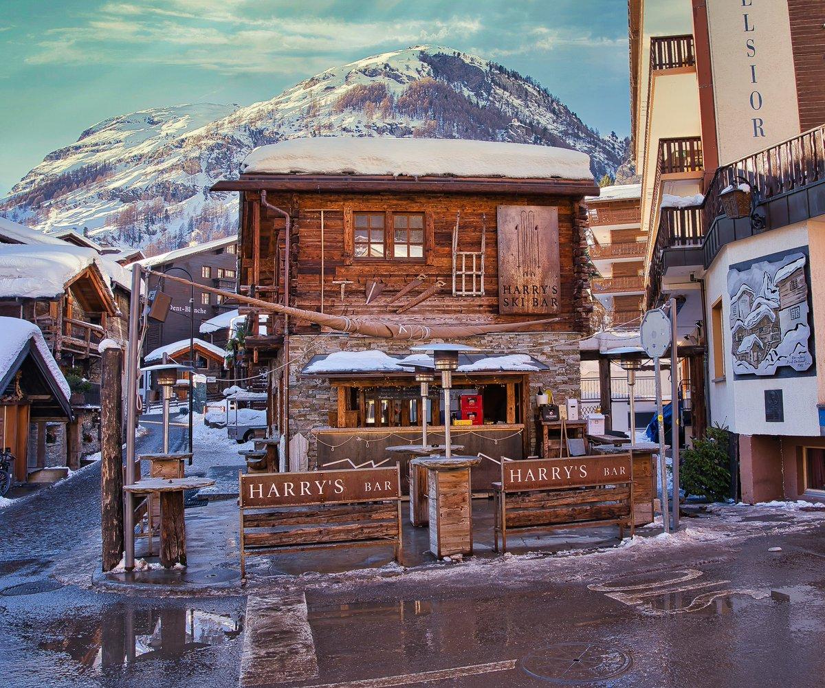 Schweiz, Zermatt, Harrys Ski Bar #swiss #zermatt #harrysskibar #winter #hinterdorfstrasse #2019 #wintersseason #snow #schnee #wintersaison #apresskiparty #niceplace #nicelocation #welovezermatt #suisse #zermattmatterhorn #mountains #wallis #visp #bergdorf